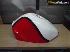 Depósito de moto forrado con Vinilos brillantes y carbono