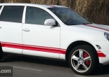 Porsche Cayenne forrado integral con Vinilo blanco mate y franjas en rojo brillante