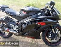 Yamaha R6 con Vinilo carbono negro